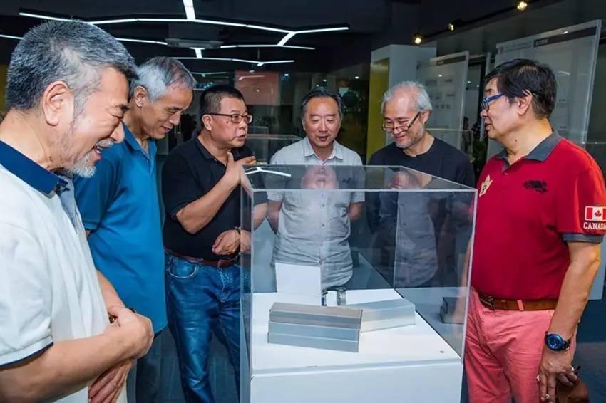 代表参观在义乌设计智造中心展览的中国设计智造大奖获奖作品