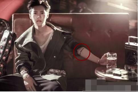 但有一处是他真正纹的,左臂上的拉丁文: 我思故我在   这个纹身一直