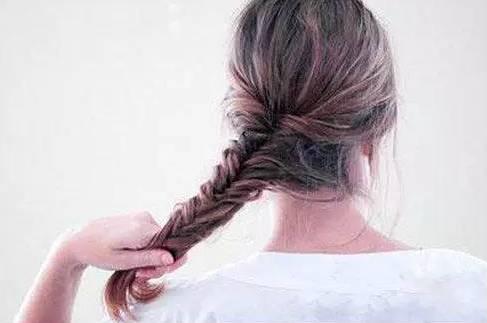 漂亮女生都在扎的鱼尾辫发型,只需简单四步!