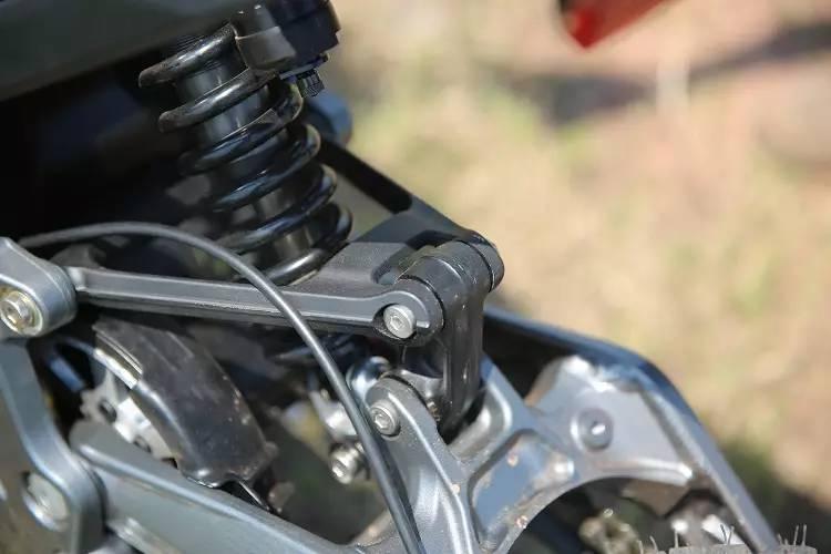 带摇架多连杆式设计的后避震已经申请了专利,可兼容240-267mm的不同