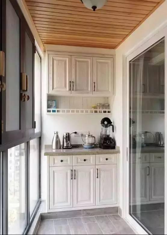会把阳台布置得实用又美观,如果在阳台做吊柜,下面是放洗衣机,如果
