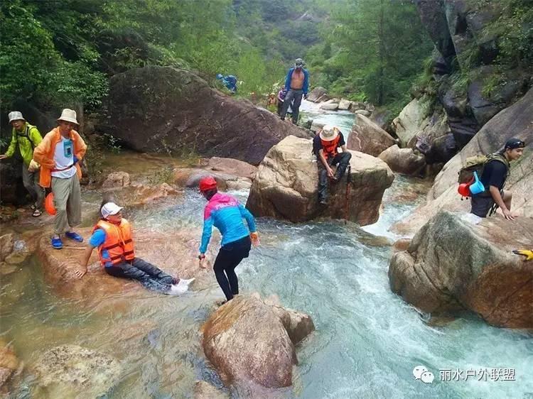 白水溪 位于天台白鹤镇白水村,那是一条漂亮的峡谷,全长7.5公里.