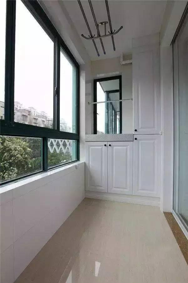 懂生活的人,会把阳台布置得实用又美观,如果在阳台做吊柜,下面是放