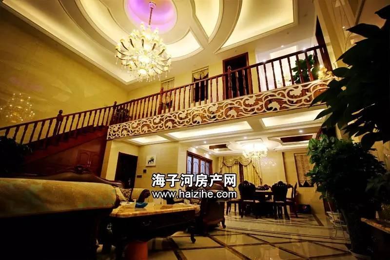 欧式壁灯 二楼采用红木楼梯 二楼采用红橡木 二楼视角,窗帘采用电动