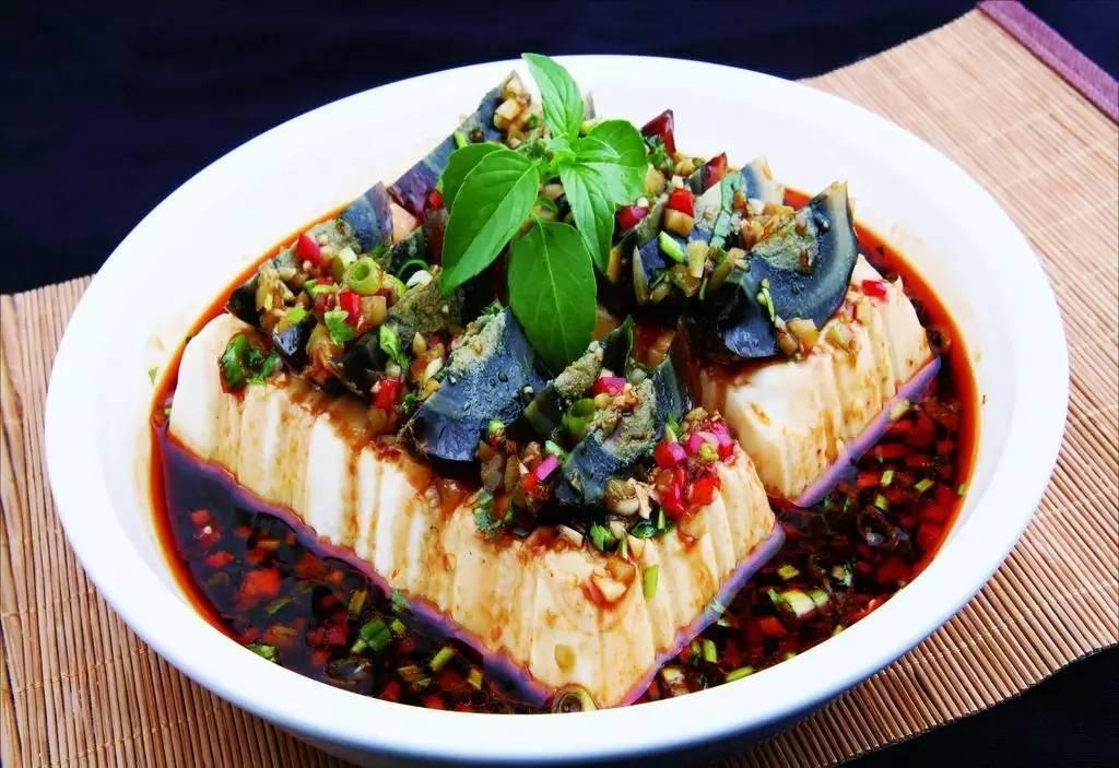 美食 正文  皮蛋豆腐是一道传统名菜,中国各地常见的家常菜,凉拌菜之图片