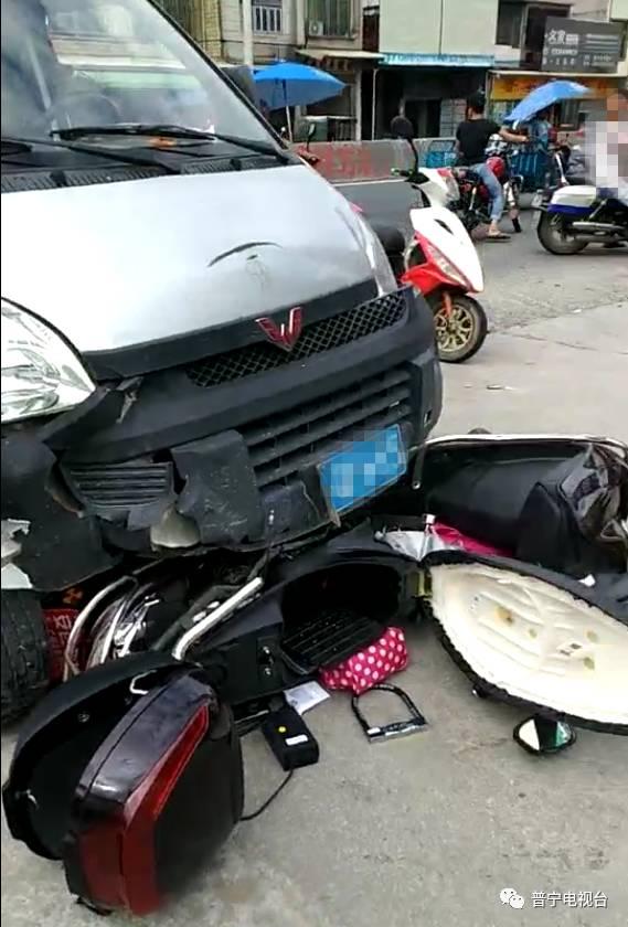 206国道惨烈车祸,揭阳两女子开电动车被撞倒后推行数米远图片