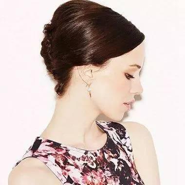 斜刘海内扣蓬松段盘发发型,用发油将头发沿着头型梳往脑后,从脑后给图片
