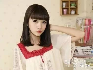 齐刘海短发梨花头发型,自然柔顺的发丝展现小女生的清新可爱,再嘟嘟着图片