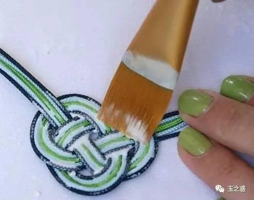 优雅的小清新风格结绳手链diy制作图解教程,需要准备5根彩色的编织绳