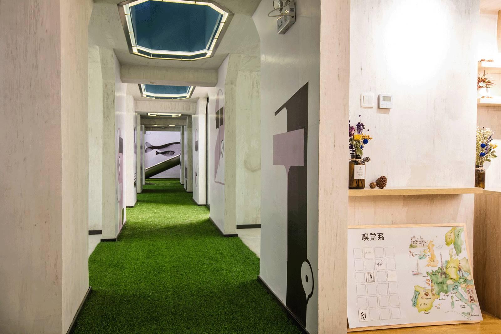 我们分割出一个个的小房间,每个房间风格各异,罗列的展示架展示各种产图片