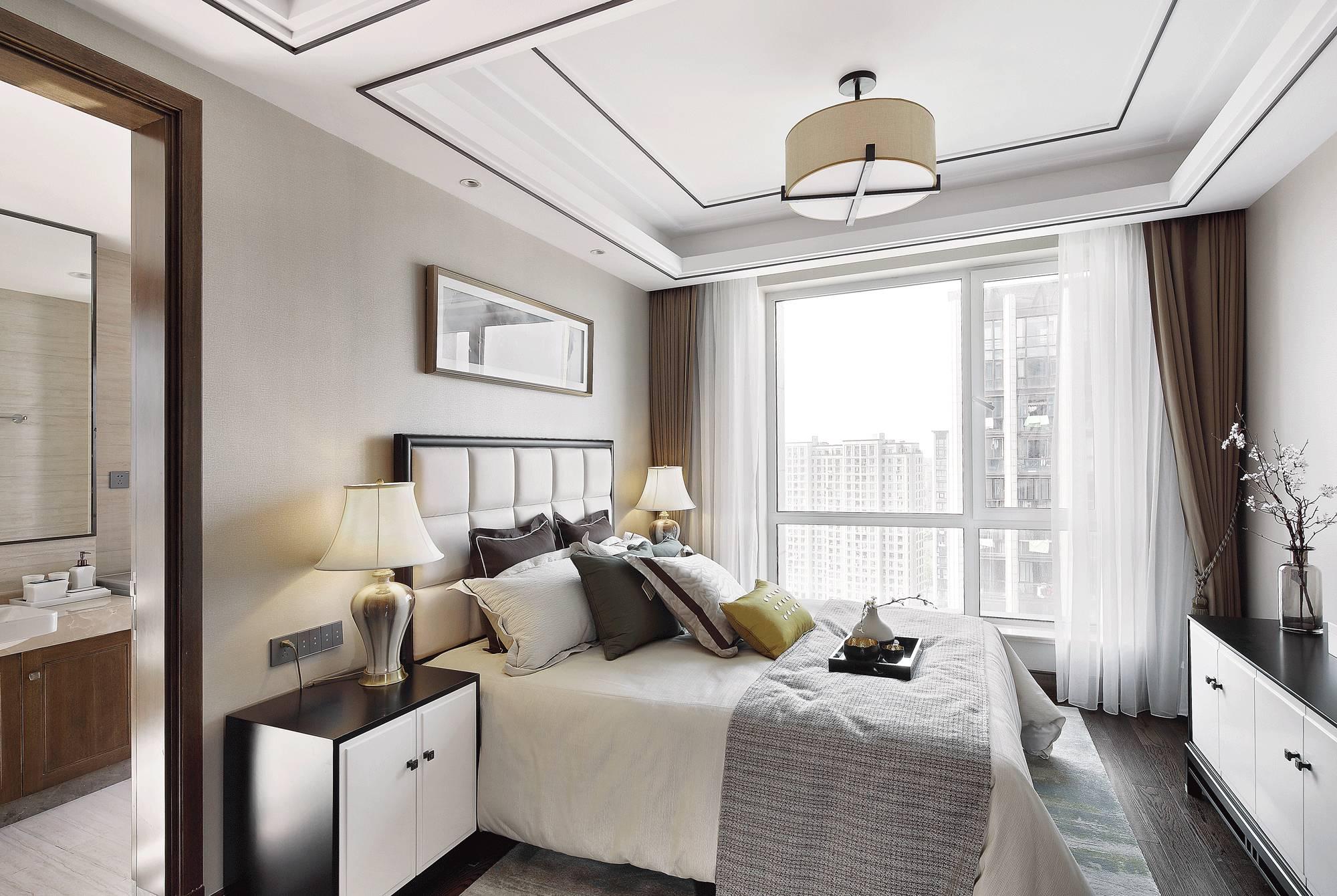卧室的背景由深色的木饰面装饰衬以水墨背景墙