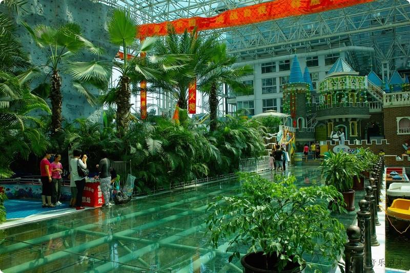 旅游 正文  空中花园内设置了假山,流水,瀑布,又种植了多种热带植物图片