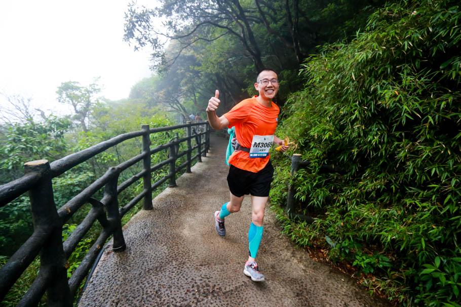空中越野赛:在三清山千米高空的云雾里,奔跑吧
