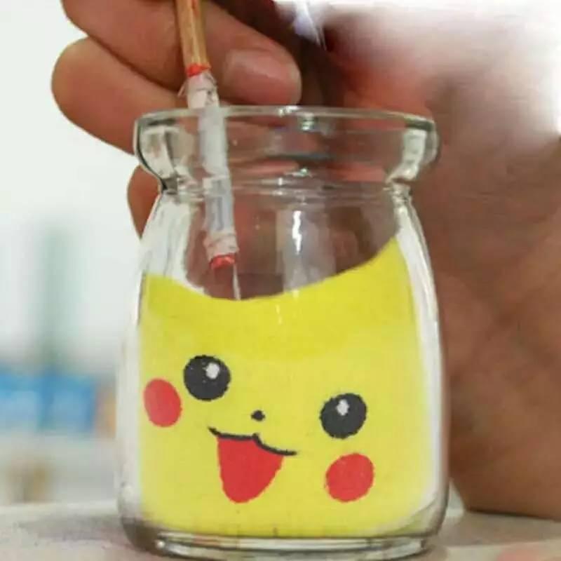 它是什么呢? 好多人都说它叫:沙画瓶 小编带你看看它的来历 它的名称叫约旦沙画瓶 是一种瓶内沙艺术 利用现代绘画风格 结合沙画艺术形式组合而成 可以让制作者以手为笔 精心的完成一件美丽的艺术作品 沙画瓶将引领你畅游彩沙艺术世界 一起感受神奇的沙画瓶 用五彩斑斓的天然彩沙在瓶子中堆出一幅幅美丽的图画