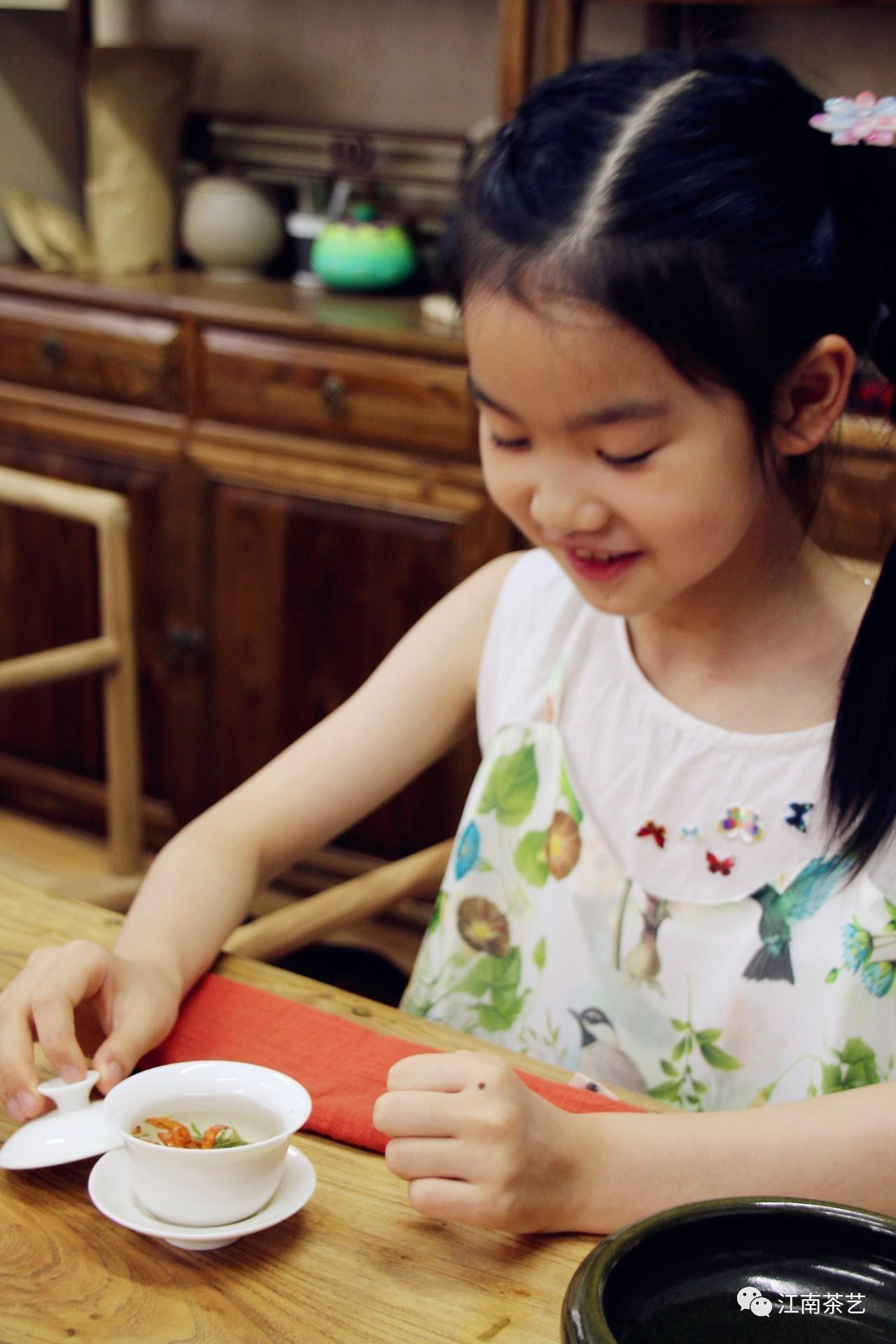 喝茶从娃娃抓起是否可行 娃娃几岁可以碰茶