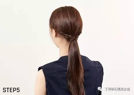 扎好头发的1cm位置上方用手指轻轻拉做出立体感.图片