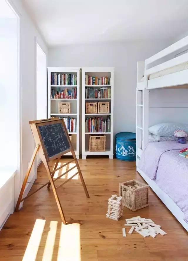 正文  客厅采用深色的木地板颜色显得端庄而又大气,在配上规整的沙发
