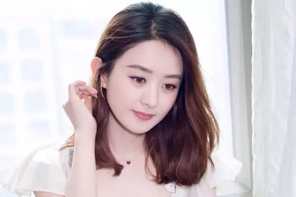 一直以为赵丽颖的包子脸就要长发,而且是卷发更配;没想到她换成中长发图片