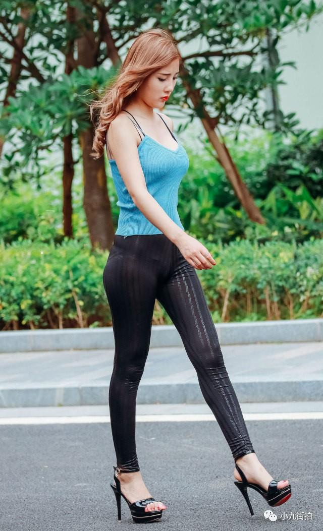 街拍 黑色紧身裤的美女,腰身曲线真是完美诱惑图片