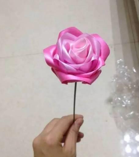 时尚 正文  丝带玫瑰的花朵部分就全部完成啦,叶片可以利用两块绿色