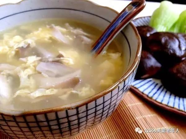 鸡蛋面条汤煮平菇的面桶图片
