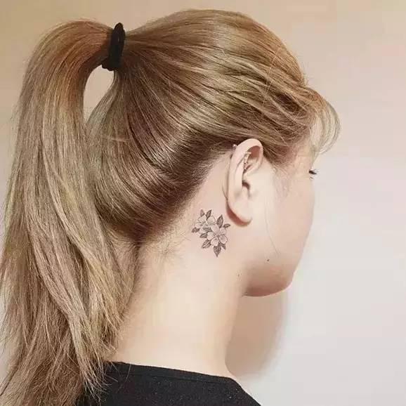 比如在耳朵后面纹上一个精致的小纹身,有点隐晦,若隐若现,甚为性感.