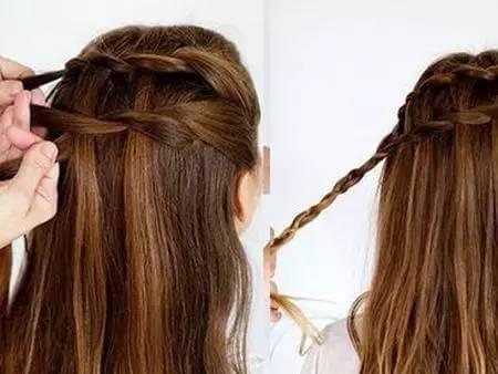 编织第二个发辫,编织的时候要和上一个发辫所留出的头发编织在一起.图片
