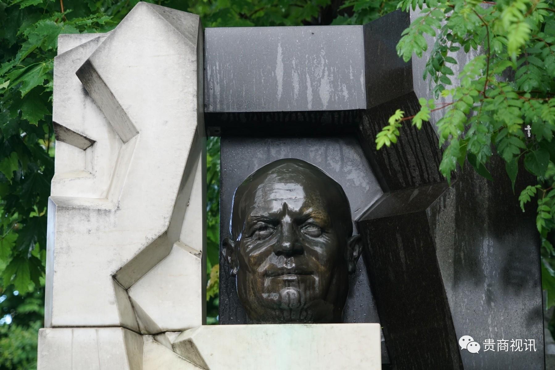 """苏联重要领导人,曾担任苏共中央第一书记、苏联部长会议主席。赫鲁晓夫于1956年的苏联共产党第二十次代表大会中发表了""""秘密报告"""",对约瑟夫・斯大林展开全面批评,震动了社会主义阵营,引发东欧的一系列骚乱。任期内,他实施去斯大林化政策,为大清洗中的受害者平反,苏联的文艺领域获得解冻。同时他积极推行农业改革,使苏联的民生得到改善。1964年10月苏共中央全会""""鉴于赫鲁晓夫犯有主观主义和唯意志论错误""""解除其职务。  赫鲁晓夫去世后,他的家人请当时苏联最有名的现代派雕塑家涅伊兹维斯内为赫鲁晓夫雕刻一尊塑像,好对他的一生做个形象的总结和评价。这很有戏剧性,因为赫鲁晓夫生前曾多次在公开场合评价过雕塑家涅伊兹维斯内,骂他 """"吃的是人民的血汗钱,拉出来的却是臭狗屎""""。赫鲁晓夫曾经很不屑地把他的作品比作垃圾。当时还是无名小辈的纳斯维斯特尼却回应国家领导人说:""""在我的作品面前,我才是主人!""""这在当时,需要极大的勇气!他后来移民定居在美国。"""