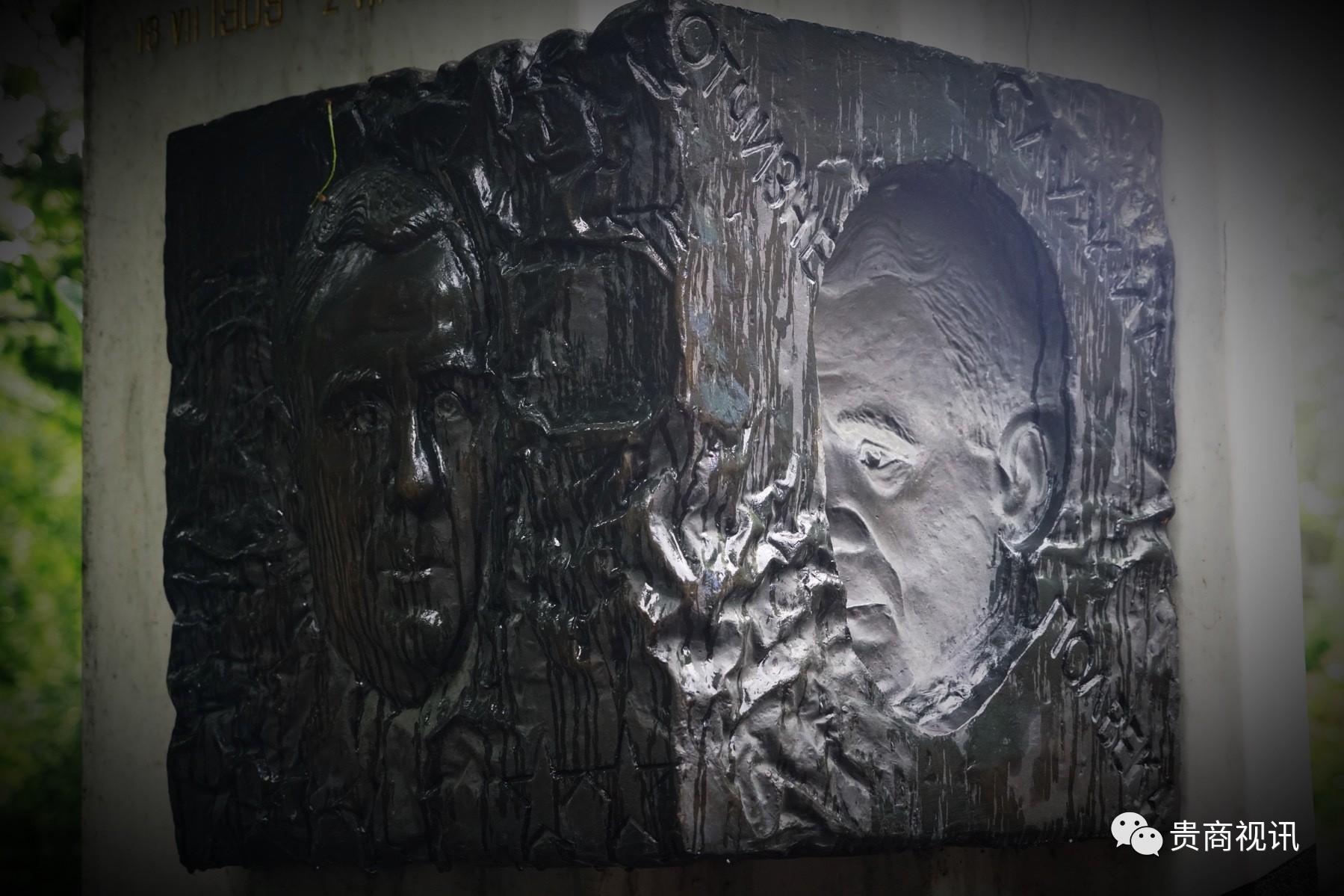 """葛罗米柯(1985―1988)凸凹两面雕像  政坛上的不倒翁  他担任苏联外交部长长达 27年之久,从斯大林到契尔年科,五朝元老,历经无数云谲波诡的政治风浪,他对自己的国家和人民尽忠尽职,他在世界舞台上奸诈狡猾,有着过人的政治智慧。阴阳脸的雕塑完美地刻画了这一人物特点。凸凹两面雕像表明外交家不同的随机应变的两面形象,这就是苏联外交部长葛罗米柯的墓碑  由于苏联屡屡在安理会动用否决权,他获得""""摇头先生""""的绰号。"""