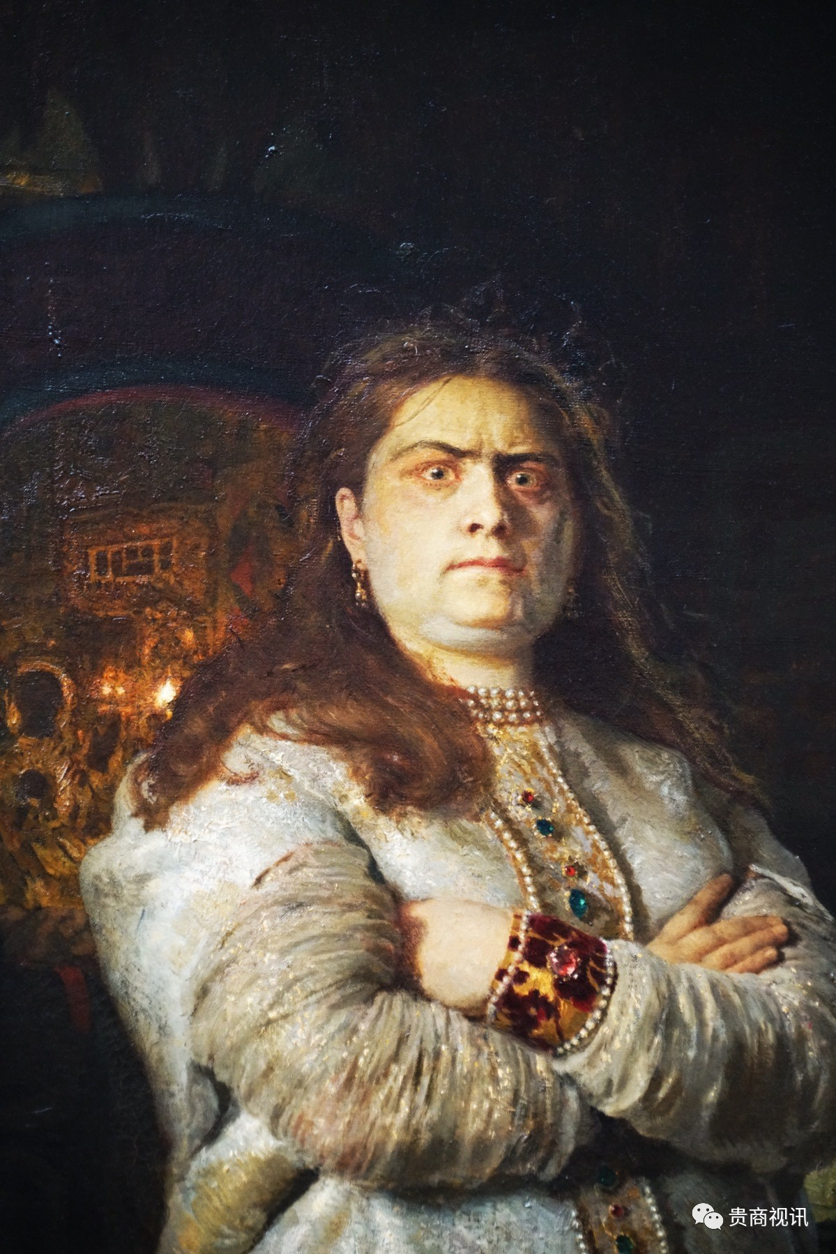 关于索菲亚公主简介:  索菲娅・阿列克谢耶夫娜(1657年9月17日-1704年7月3日)俄罗斯公主,沙皇阿列克谢・米哈伊洛维奇之女,彼得一世的姐姐,俄罗斯历史上的一位女摄政,沙皇俄国罗曼诺夫王朝公主,彼得大帝的异母姐姐。  索菲娅是沙皇阿列克谢一世与第一个妻子玛利亚・米洛斯拉夫斯卡娅的三女。1682年其弟新沙皇费奥多尔・阿列克谢耶维奇夭折,索菲娅为了维持母亲的家族米洛斯拉夫斯基家族的地位,借射击军的力量发动火枪手政变,立伊凡五世和彼得一世同为沙皇,自己任摄政。她当上摄政后将当时年仅10岁的异母弟彼得及其母一族放逐到皇村;又由于伊凡五世低能体弱,与瓦西里・戈里津共掌大权。不久后就在同年,反对派发动叛乱,索菲娅和政府被迫从克里姆林宫逃到圣三一圣谢尔盖修道院。为此她名义上被迫让出摄政位子给伊万・霍文斯基,但在射击军的支持下,她仍保有实权。  1689年彼得一世完婚并准备亲政,但索菲娅并不打算还政。射击军首领沙克洛维蒂更是建议她直接称女沙皇。但是由于射击军大多在彼得居住的莫斯科郊外,密谋为彼得知晓。索菲娅自知不保,派使者向彼得求情,要求彼得照顾皇族情分。彼得不为所动,处决了沙克洛维蒂并流放戈里津。索菲娅本人受元老院说服,在不进行正式仪式的情况下进入新圣女修道院。  十年后,射击军密谋乘彼得在国外之机迎索菲娅复权。但彼得很快赶回平乱。索菲娅因涉嫌其中,被令正式为尼,且除复活节之外连其他修女都不得见,六年后去世。索菲娅主政时对逃亡农奴的一些让步曾引起地主不满。此外在她当政期间俄国主要发生的大事有:1686年与波兰签订互不侵犯条约;1689年与清朝签订《尼布楚条约》;征讨当时还属于奥斯曼帝国的克里米亚半岛等。