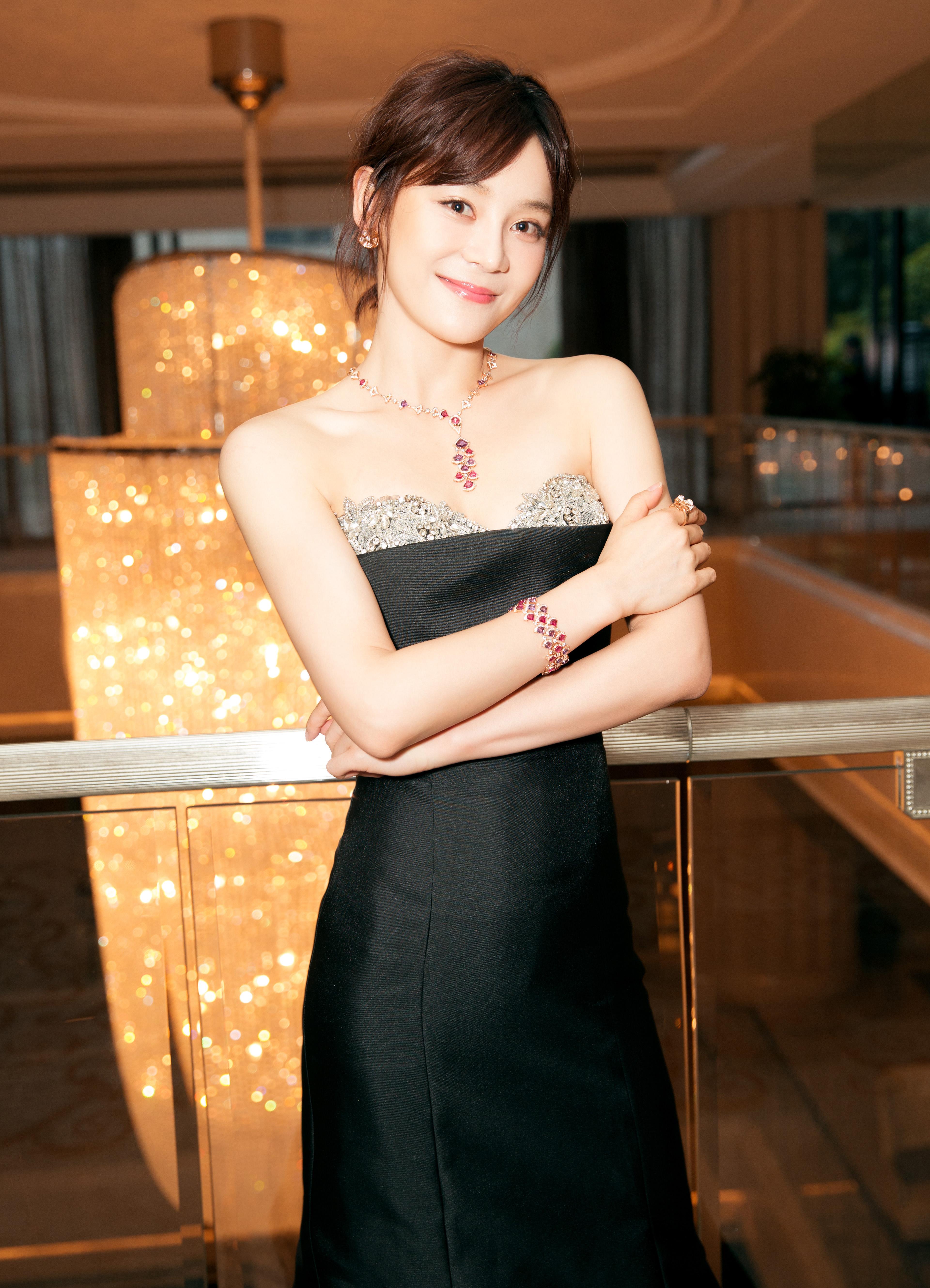 请给袁姗姗这次的造型师加鸡腿 真的惊艳了图片