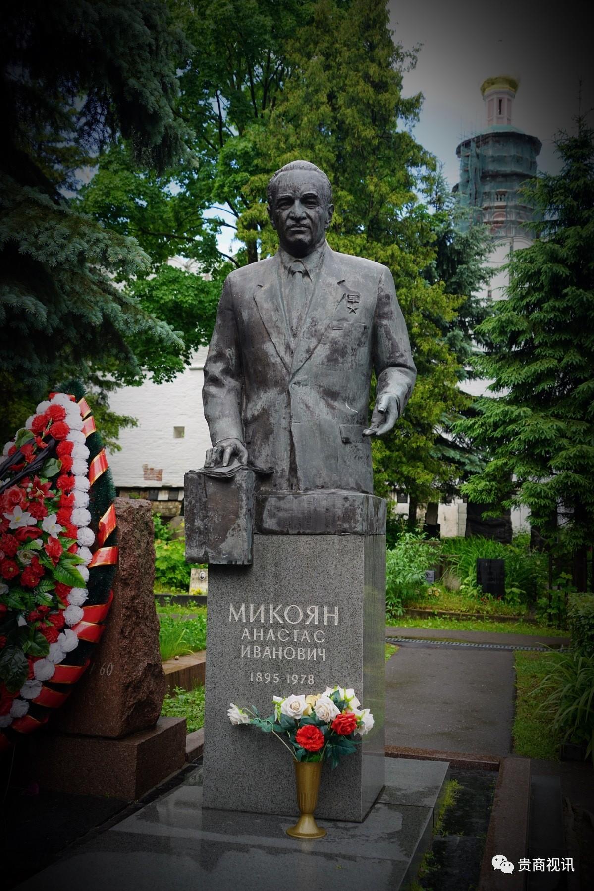 """叶利钦之墓位于中心广场  2008年4月,俄罗斯总统普京和当选总统梅德韦杰夫亲自前往新处女公墓,参加了叶利钦遗体安葬地的隆重仪式  鲍里斯・尼古拉耶维奇・・叶利钦(1931年2月1日-2007年4月23日),俄罗斯总统。曾历任苏共中央政治局委员、莫斯科市市长、苏联俄罗斯 联邦最高苏维埃主席、俄罗斯首任民选总统,执政时推动市场经济和民主制,采取""""休克疗法"""",导致俄罗斯经济濒临崩溃。叶利钦对华态度友好,并推举了一位卓越的接班人――普京。  2007年4月23日20点45分,叶利钦因心脏衰竭逝世,享年76岁。由于叶利钦对俄罗斯有重大奉献,他的葬礼以国葬的形式在2007年4月25日进行,而且定为全国哀悼日。叶利钦之墓位于中心广场  2008年4月,俄罗斯总统普京和当选总统梅德韦杰夫亲自前往新处女公墓,参加了叶利钦遗体安葬地的隆重仪式  鲍里斯・尼古拉耶维奇・・叶利钦(1931年2月1日-2007年4月23日),俄罗斯总统。曾历任苏共中央政治局委员、莫斯科市市长、苏联俄罗斯 联邦最高苏维埃主席、俄罗斯首任民选总统,执政时推动市场经济和民主制,采取""""休克疗法"""",导致俄罗斯经济濒临崩溃。叶利钦对华态度友好,并推举了一位卓越的接班人――普京。  2007年4月23日20点45分,叶利钦因心脏衰竭逝世,享年76岁。由于叶利钦对俄罗斯有重大奉献,他的葬礼以国葬的形式在2007年4月25日进行,而且定为全国哀悼日。"""