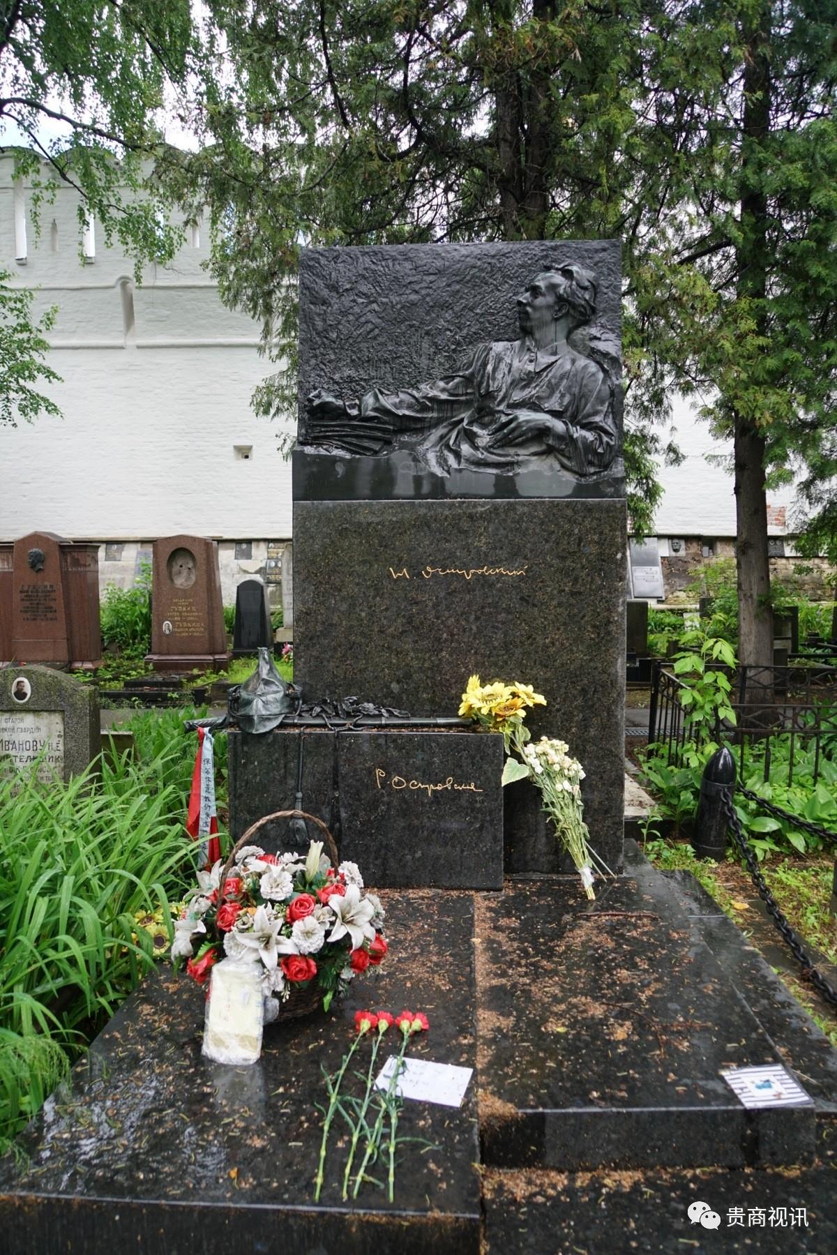 《钢铁是怎样炼成的》的作者――奥斯特洛夫斯基  他在病床上完成了这部巨著,墓碑是一只手放在书稿上,饱受疾病折磨的身体微微抬起,眼睛凝视着远方。下面还雕刻着,伴随了他大半生的军帽和马刀。