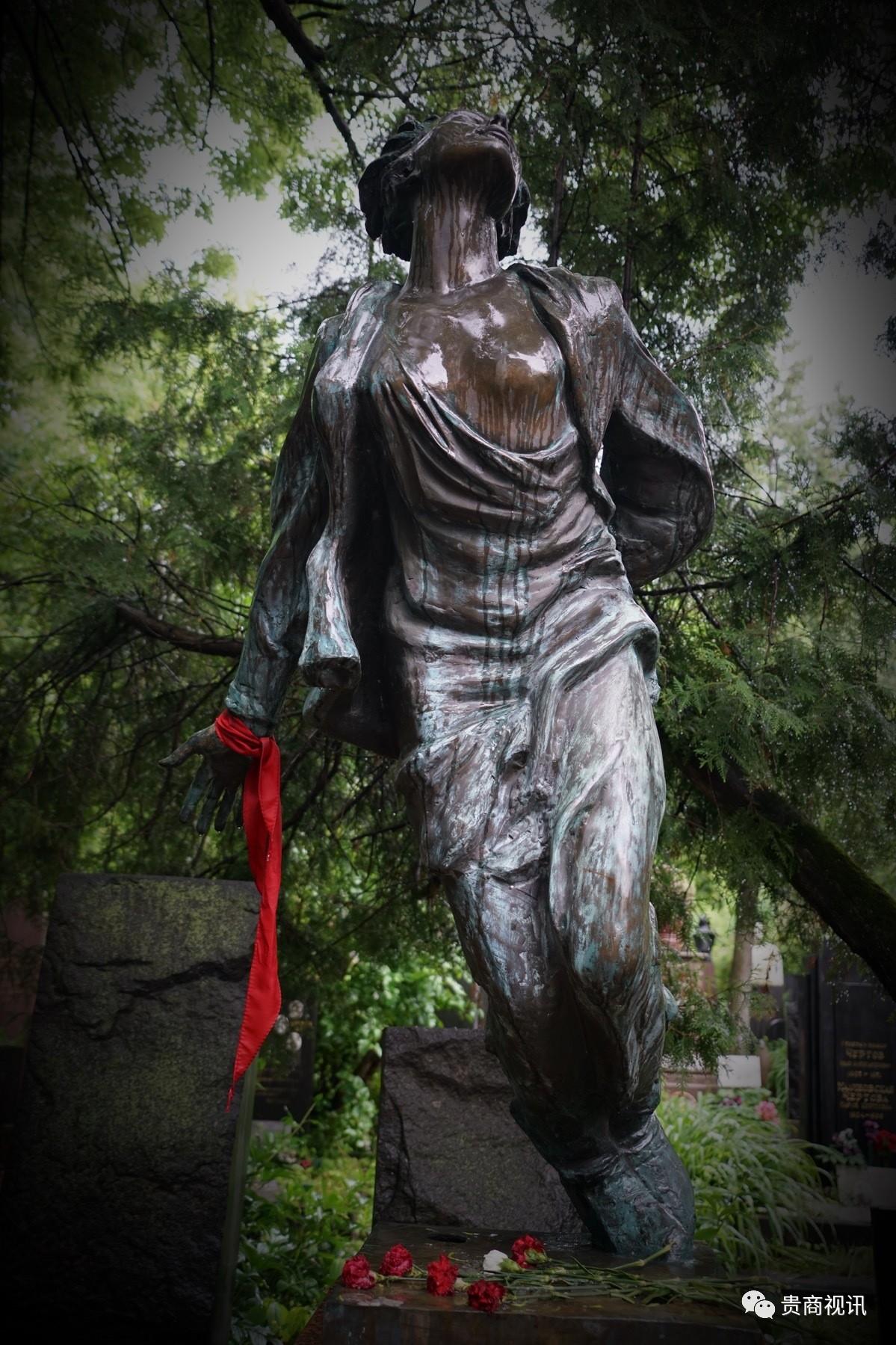 卓娅雕像,最具震撼力的雕塑作品。  女英雄卓娅(1923-1941)―苏联的刘胡兰  形象感人至深:深灰色大理石雕的卓娅,在无畏就义前,双手被紧缚在背后,衣衫破碎,头高高的向后昂起,挺着裸露的胸膛,仰望乌云密布的天空,短发和衣襟在风中飘扬,双脚前屈,即将腾空飞起的姿态让人难忘。