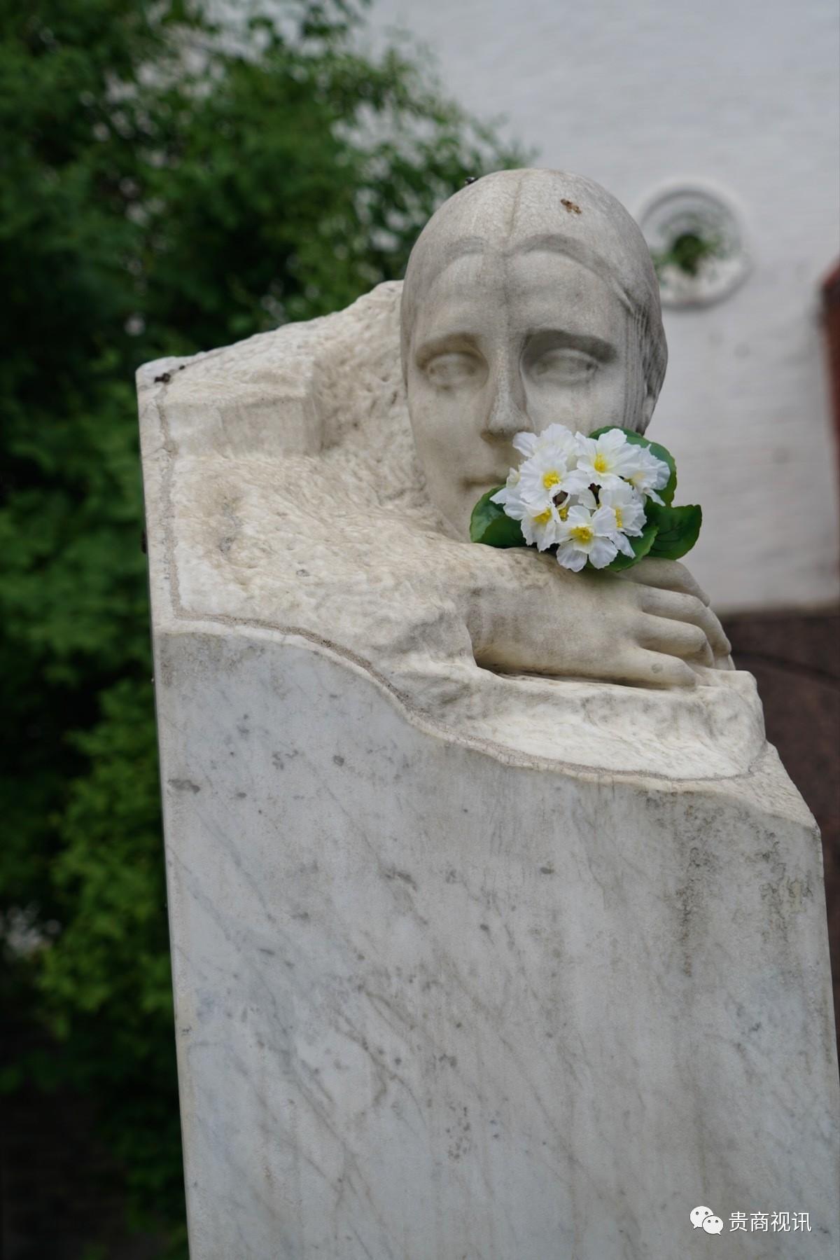 另一个不同的传说是:套上透明罩的都是死因不明。一种说法是自杀,但是她的死因很蹊跷,死的时候是右手拿抢,但是子弹是从头的左边穿过去的。