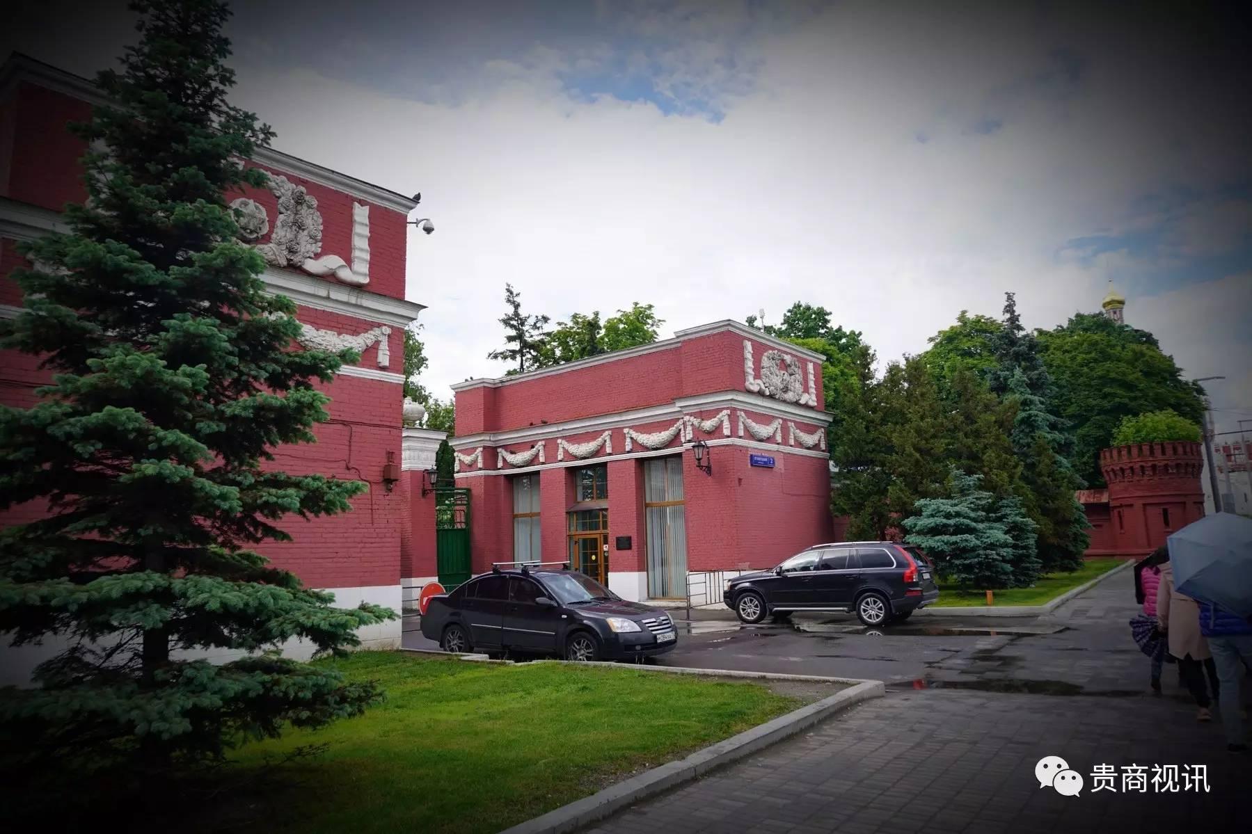 新圣女公墓―雕塑灵魂的艺术馆    莫斯科全部景点观光中排第12名。莫斯科的新圣女公墓,是各国游客最爱去的地方,许多曾经对俄罗斯历史发展进程中起过推动作用的名人都长眠于此。墓主的灵魂与墓碑的艺术巧妙结合,形成了特有的俄罗斯墓园文化。  新圣女公墓,始建于16世纪的新圣母公墓位于莫斯科城的西南部,自19世纪开始成为俄罗斯著名知识分子和各界名流的最后归宿。墓主的灵魂与墓碑的艺术巧妙结合,形成了特有的俄罗斯墓园文化。该公墓占地7.5公顷,埋葬着2.6万多位俄罗斯各个历史时期的名人,每年吸引数百万的游客参观。是欧洲三大公墓之一(维也纳中央公墓、巴黎拉雪兹神父公墓和莫斯科新圣女公墓)。