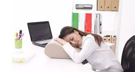 趴着睡觉会打嗝,解锁正确的午睡姿势.