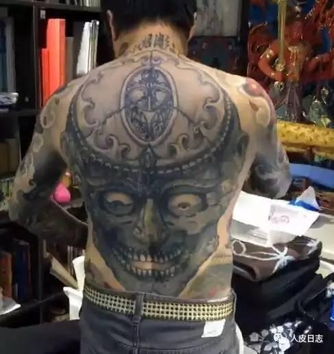 leu)的杨卓(中国纹身师) 菲利普路(filip leu)为杨卓纹身,正面 菲利普