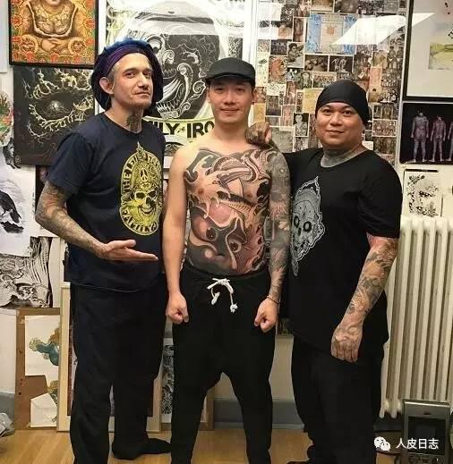 文化 正文  菲利普路(filip leu)为杨卓纹身,背面(注:脖子部分是三代