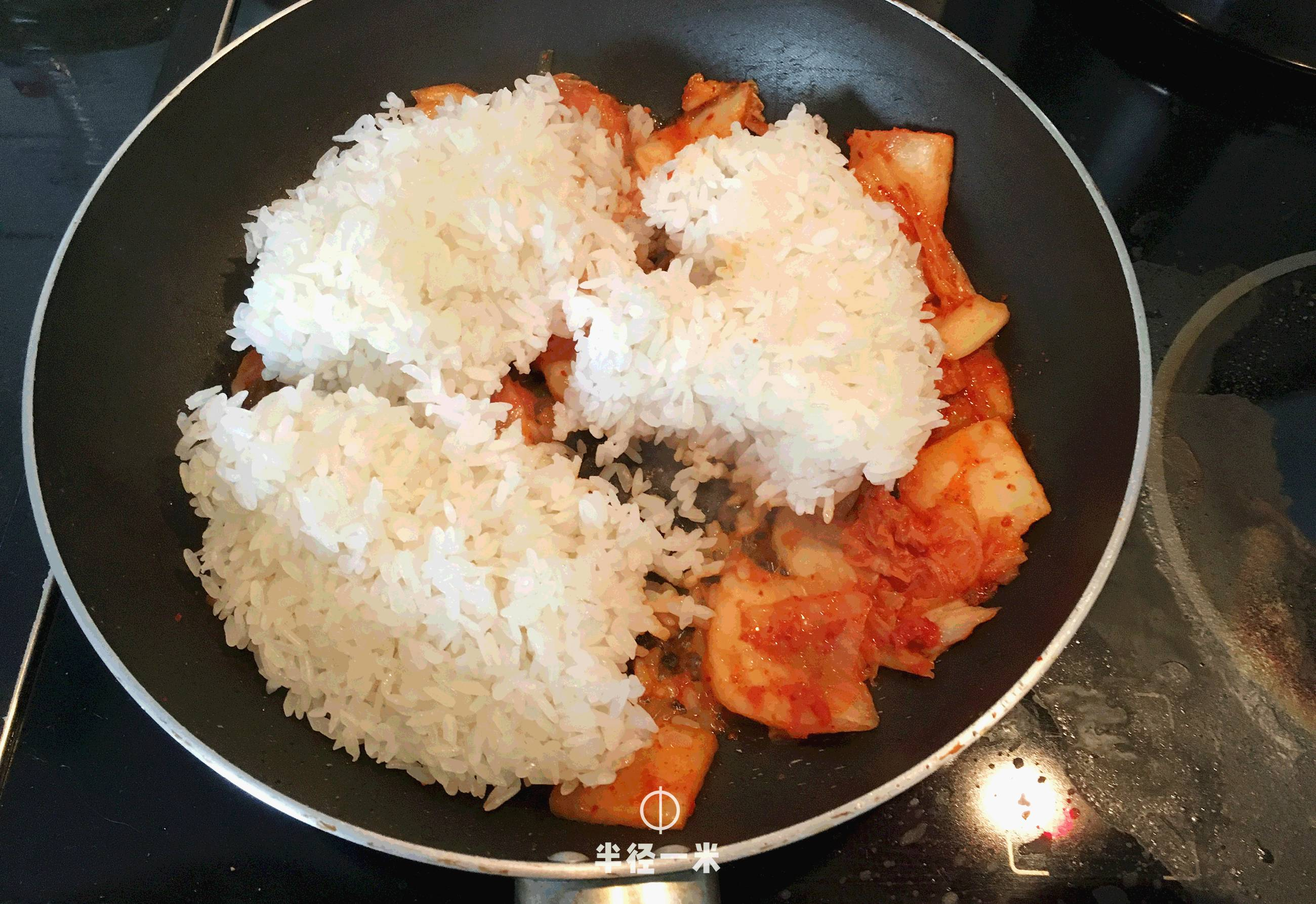 隔夜饭能吃_△ 隔夜饭入锅,用勺子铲碎炒匀,加一点点水稍微焖一下.