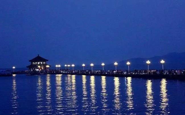 财经 正文  青岛栈桥夜景 1897年,德国人来到青岛,把这座当时的小渔村