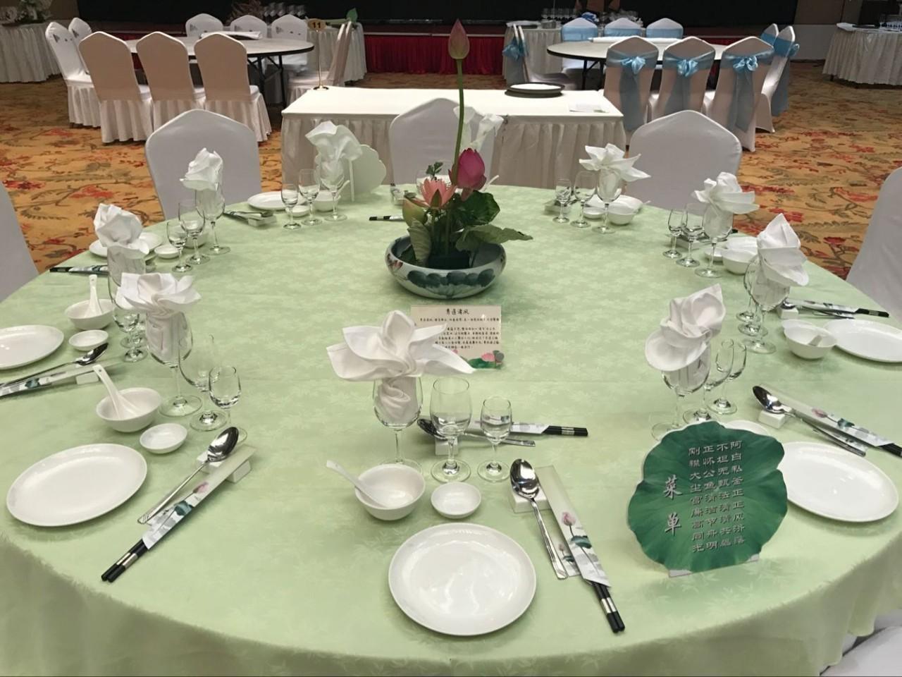 队冯艳梅和傅丹分获中式辅床暨夜床设计和中餐宴会主题摆台项目二等奖