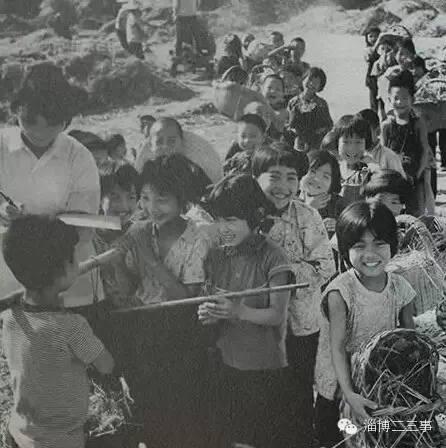 图为1970年代拍摄的临淄小学生复收小麦后上交生产队的情景.出生在