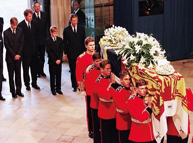 图:戴安娜王妃去世时,哈里王子(后右二)只有12岁/资料图片-哈里
