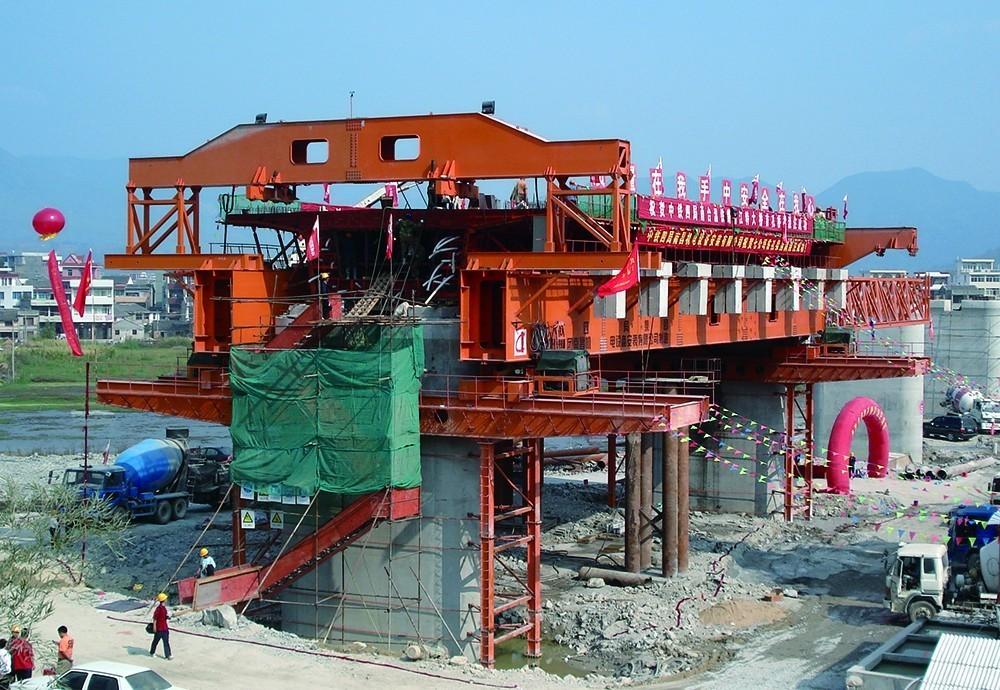 研制生产并成功应用于900吨造桥机移动模架图片