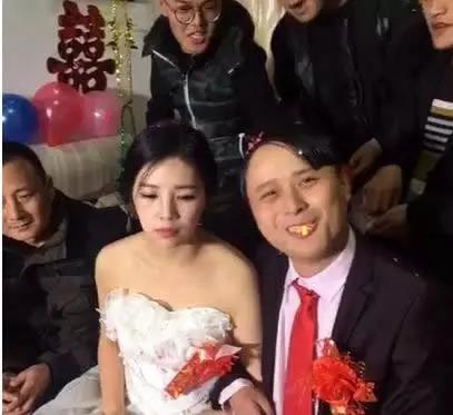 史上最尴尬婚礼 新郎婚礼上竟把新娘吻吐了图片