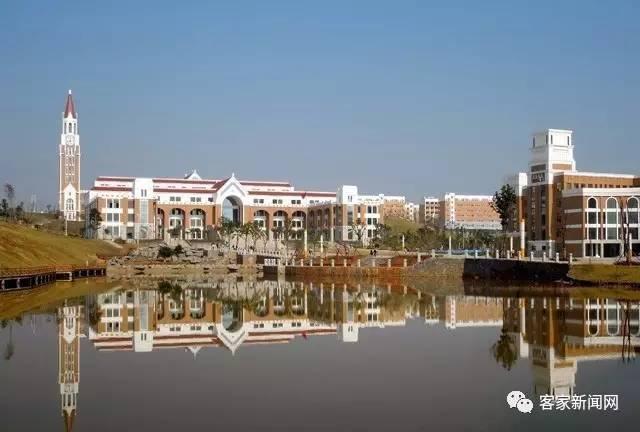 赣州师范高等专科学校的整体建筑采用后现代欧式风格并融入了赣南客家
