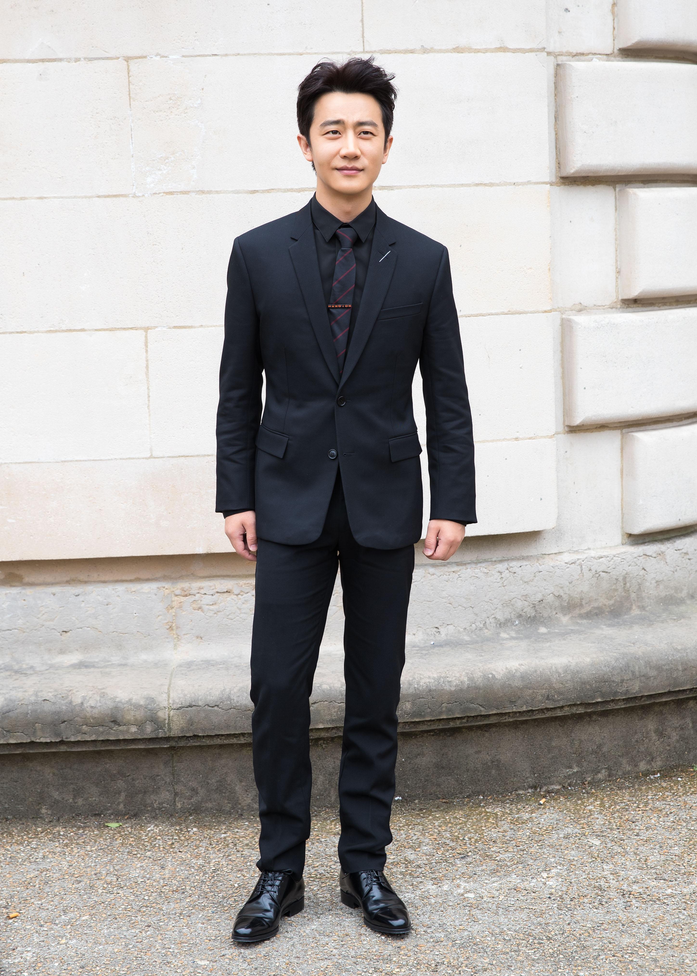 主角丨黄轩撩开他的西装,说里面藏着一颗不羁的心