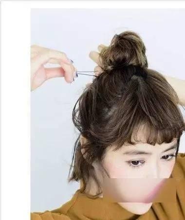 第一步,留出刘海和鬓角的头发,把剩下的头发全部用皮筋扎起来,要注意图片
