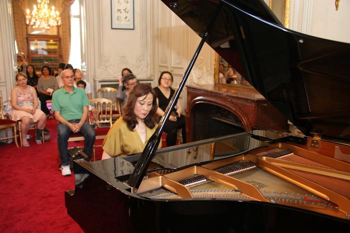 钢琴家王滨以娴熟高超的技巧弹奏了《平湖秋月》《浏阳河》《彩云追月图片